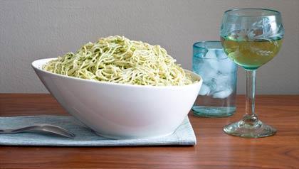 Espagueti de quinoa con pesto de jalapeño y albahaca, receta de Denisse Oller