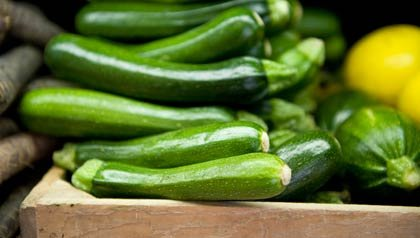 Caja de calabacines en un puesto de mercado - Aaron Sanchez comparte su receta de Pesto