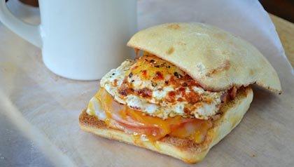 Empanedado de huevo, tomates y queso cheddar vegetariano