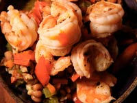 ensalada de guisantes con langostinos salteados - Receta de Dennise Oller