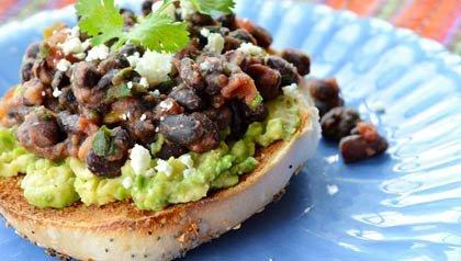 Bagel con frijoles negros y guacamole picante