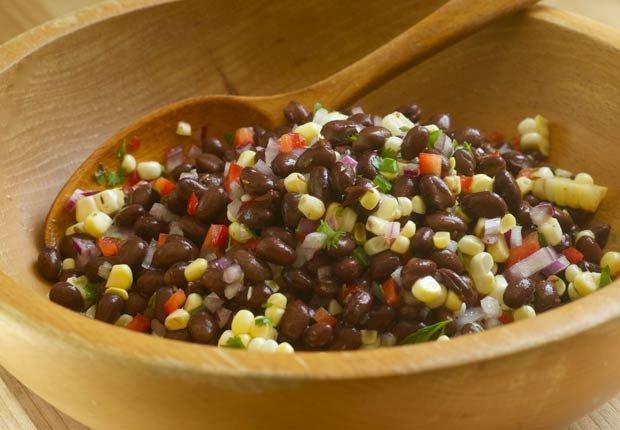 Frijol negro y ensalada de maíz - 10 ensaladas que le van a encantar