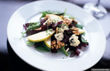Mixed green salad with pears, beets, walnuts and gorgonzola