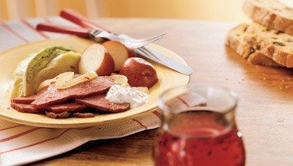 Rodajas de carne en lata con la col y las patatas rojas, 4 recetas para celebrar el Día de San Patricio