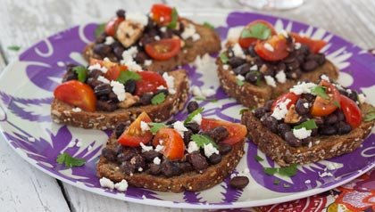 Tostadas de pan integral con frijoles y queso fresco, Receta de Ingrid Hoffmann