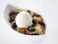 Budín de pan servido con helado, receta del chef Michelle Bernstein