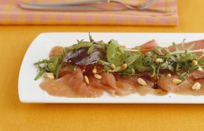 Atún marinado con nueces