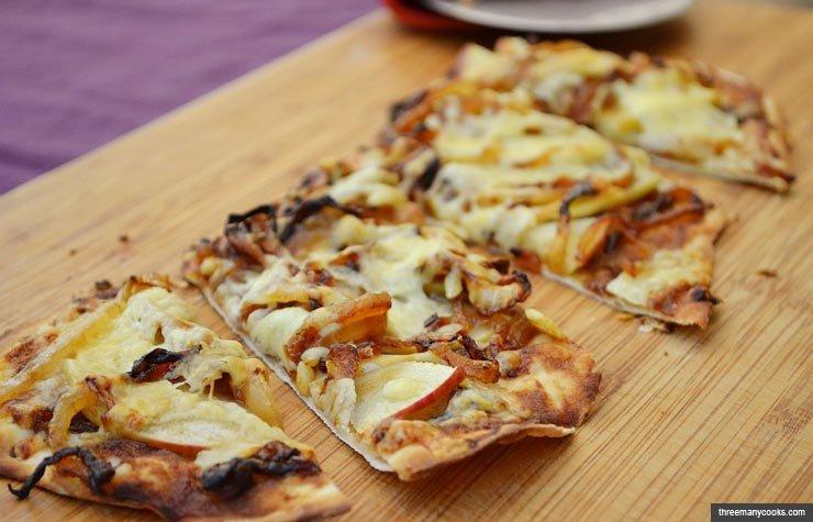 Pizza con cebolla y manzanas