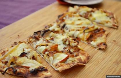 Apple and onion pizza (threemanycooks.com)