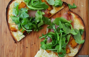 Butternut squash and prosciutto pizza (threemanycooks.com)