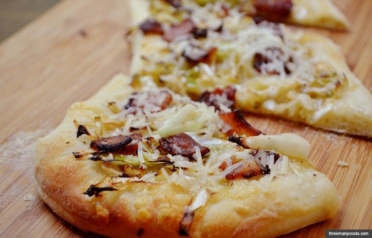 Pizza con tocino y col