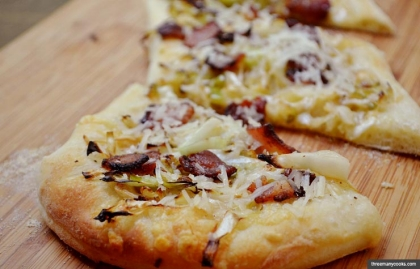 Cabbage and bacon pizza (threemanycooks.com)