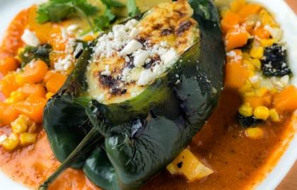 Chile poblano rellenos, receta del chef Carlos Gaytan