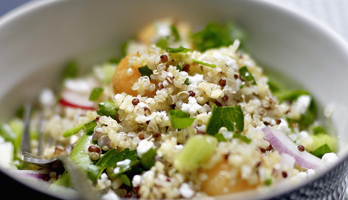 Traditional ensalada del Medio Oriente Tabouleh con quinoa, tomates y cebollas