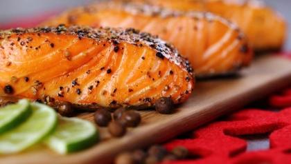 Salmón a la parrilla en salsa de mariscos
