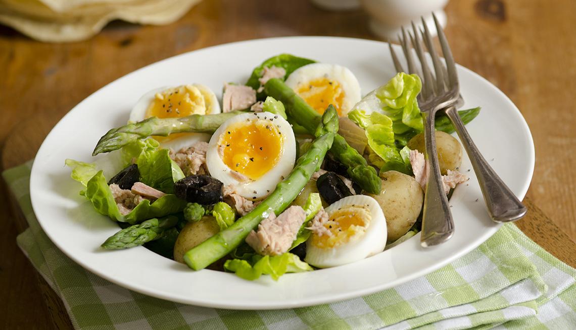 Espárragos con huevos y aceitunas