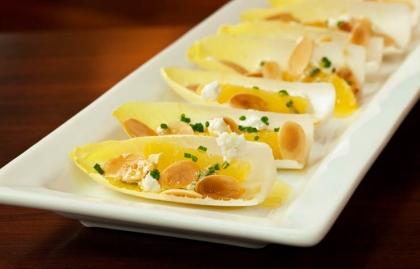 Endibias con almendras, queso de cabra y las naranjas receta del chef José Andrés.