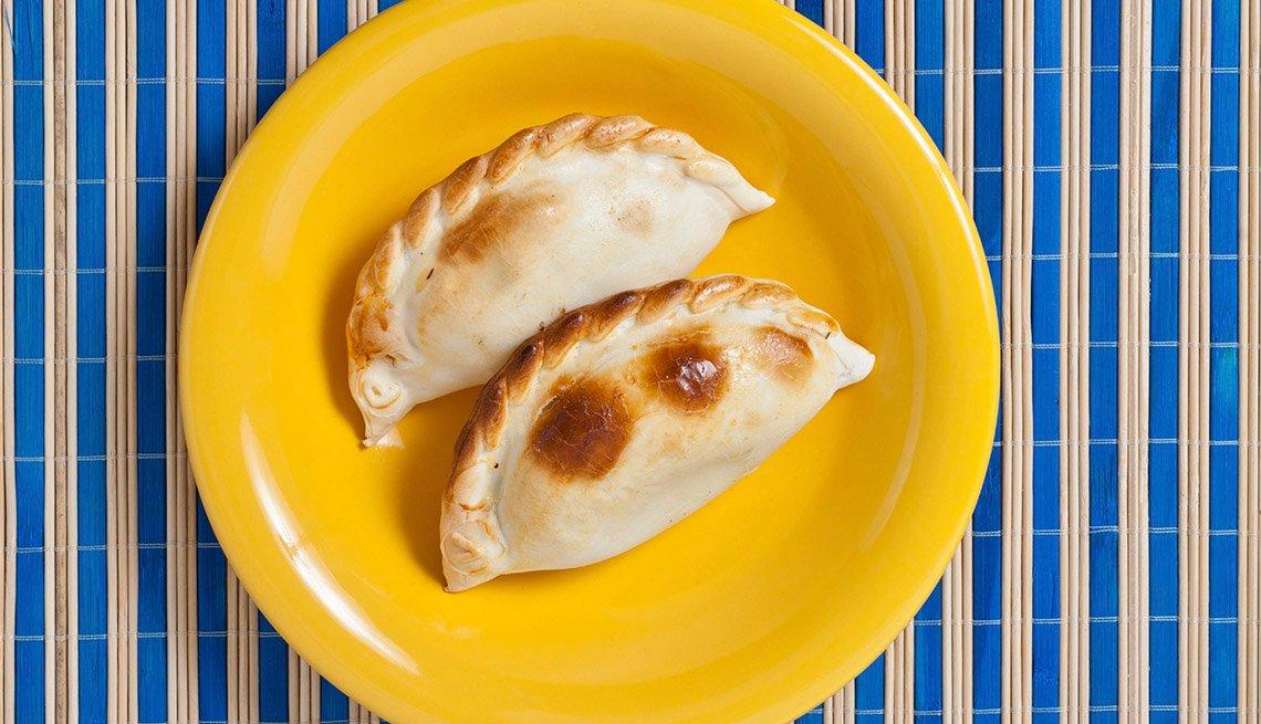 Dos empanadas en un plato amarillo
