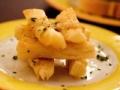 Yuca frita con salsa de mango y papaya