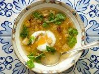 Sopa de cilantro y ajo con huevos y crutones