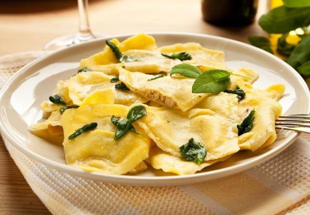 Raviolis con queso ricotta y salsa - 10 recetas para celebrar el Día del Padre