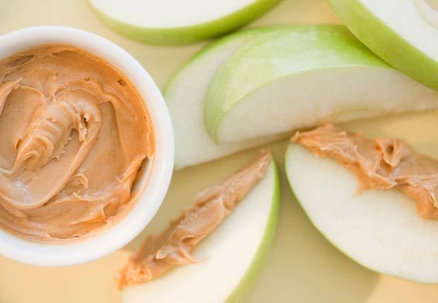 Mantequilla de maní con manzana - 10 pasabocas bajos en calorias