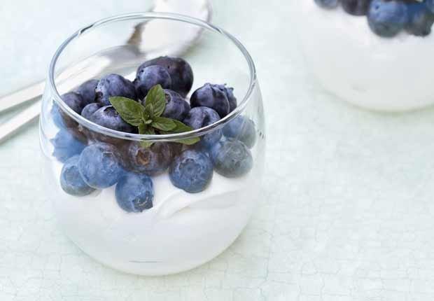Yogurt y arándalos - 10 pasabocas bajos en calorias