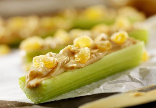 Apio con mantequilla de almendras - 10 pasabocas bajos en calorias