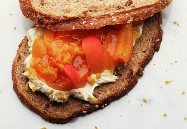 Duraznos con queso ricotta - 10 pasabocas bajos en calorias