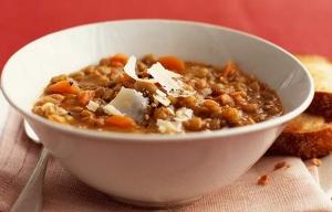 Sopa de lentejas con castañas y queso parmesano