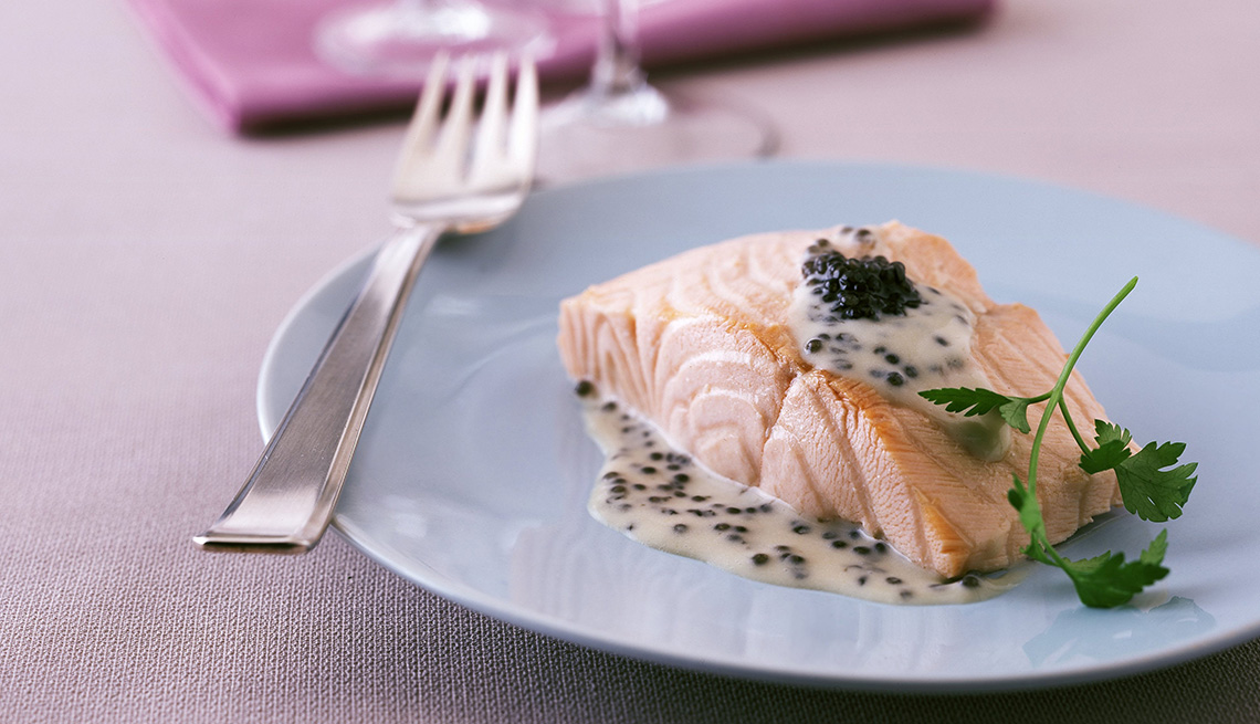 Filete de salmón servido en un plato