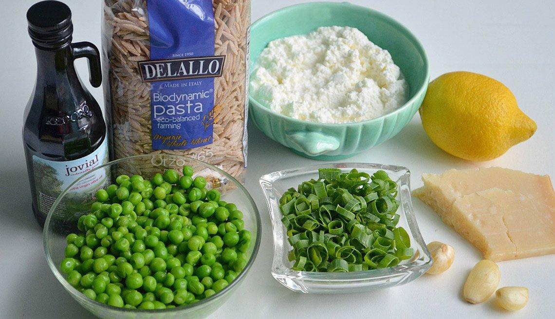 Diferentes vegetales, alimentos sobre la mesa
