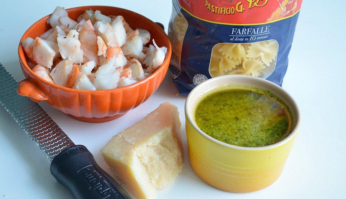 Camarones y otros ingredientes para cocinar sobre la mesa