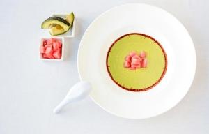 Sopa fría de aguacate con aceite de chiles y chocolate