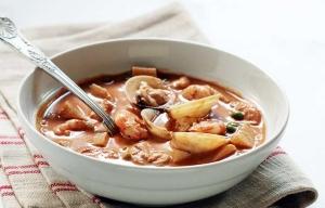 Sopa fragante de mariscos con caldo de chocolate