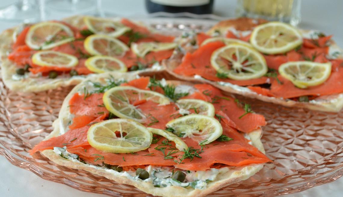 Lonjas de salmón sobre pan