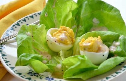 Ensalada de huevos rellenos