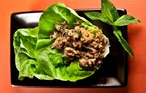 Tacos de pavo y cilantro en hojas de lechuga