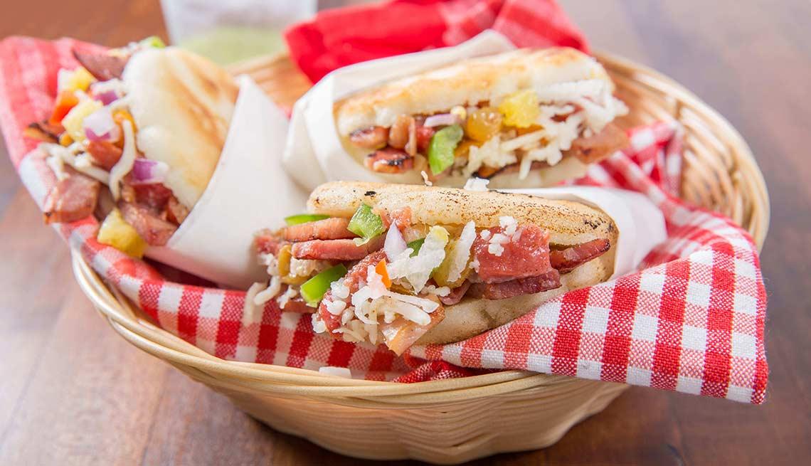 item 4 of Gallery image - Arepas de jamón con ensalada de piña y jícama