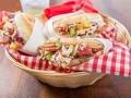 Arepas de jamón con ensalada de piña y jícama