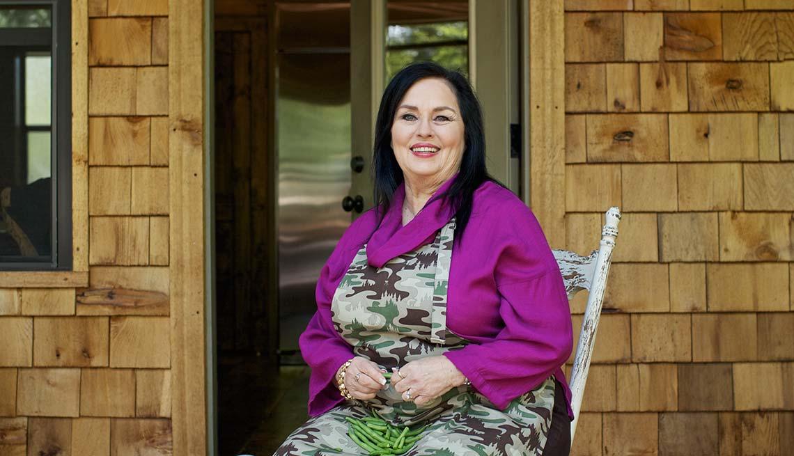 Kay Summer posa con el delantal de cocina puesto