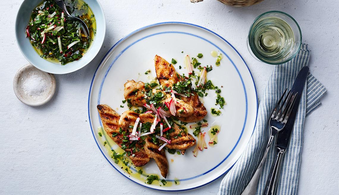Filetes de pollo a la parrilla con salsa chimichurri