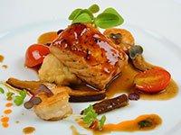 Salmón glaseado con camarones, hongos shiitake y tomatitos