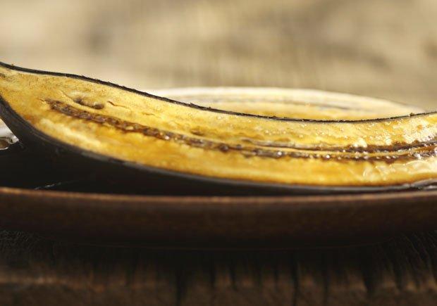 Canoas de plátano maduro —rellenas de chorizo, queso y huevo