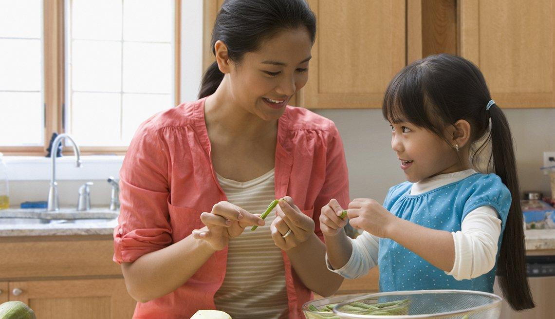 Pavitos hechos con manzanas - Mamá e hija cocinan juntas