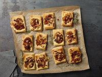 Tartas de cebolla caramelizada, queso Brie y nueces