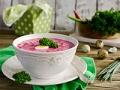 Gazpacho de remolacha y camarones sobre la mesa