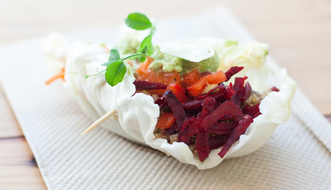 Tacos vegetarianos con remolacha en vinagre, berro y aguacate.