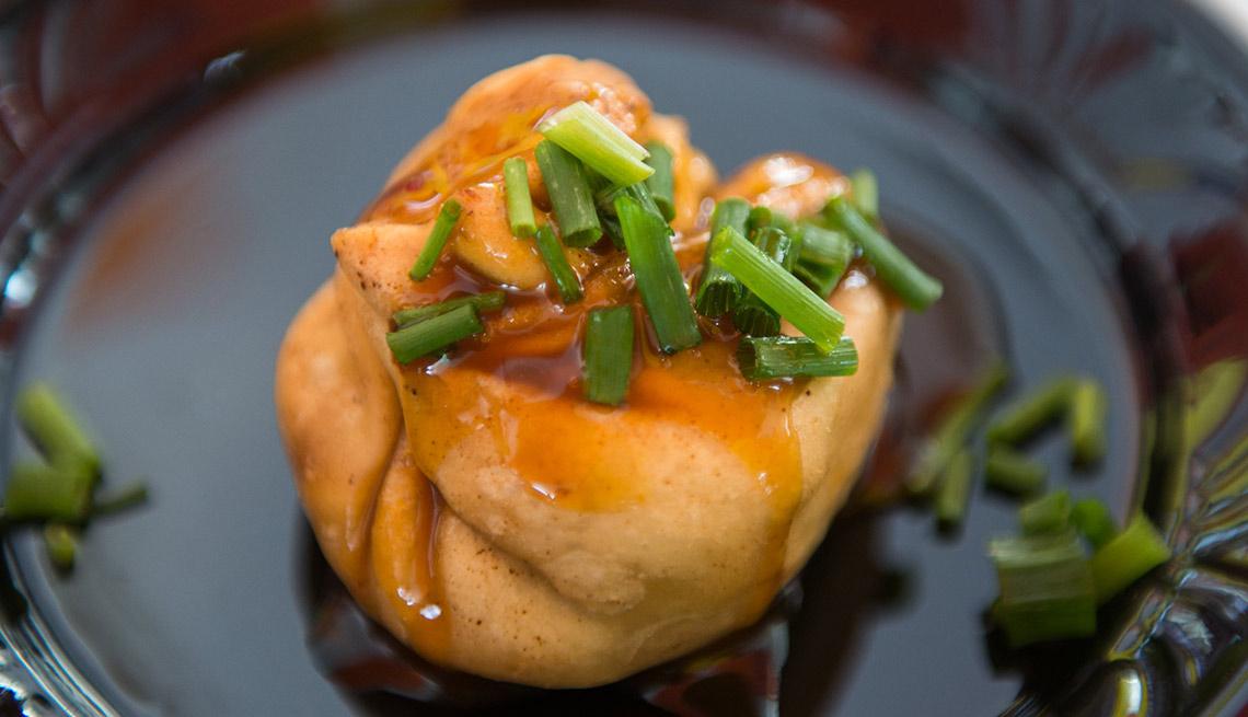 Saquitos de carne de cerdo con chipotle y salsa de crema picante