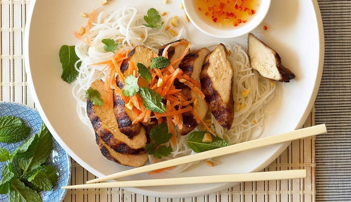 Ensalada de pollo con aderezo de naranja, soya y ajonjolí